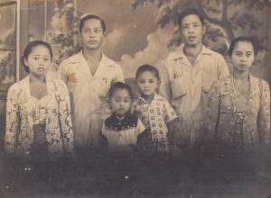Saya bersama adik, kedua orang tua, PakDe dan Bude yang membesarkan saya